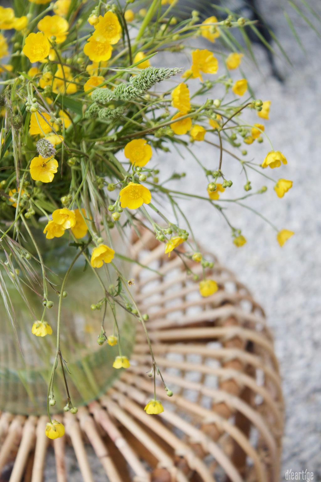 dieartigeBLOG - Rattan-Hocker, Kies-Terrasse, Wiesenblumen, gelb