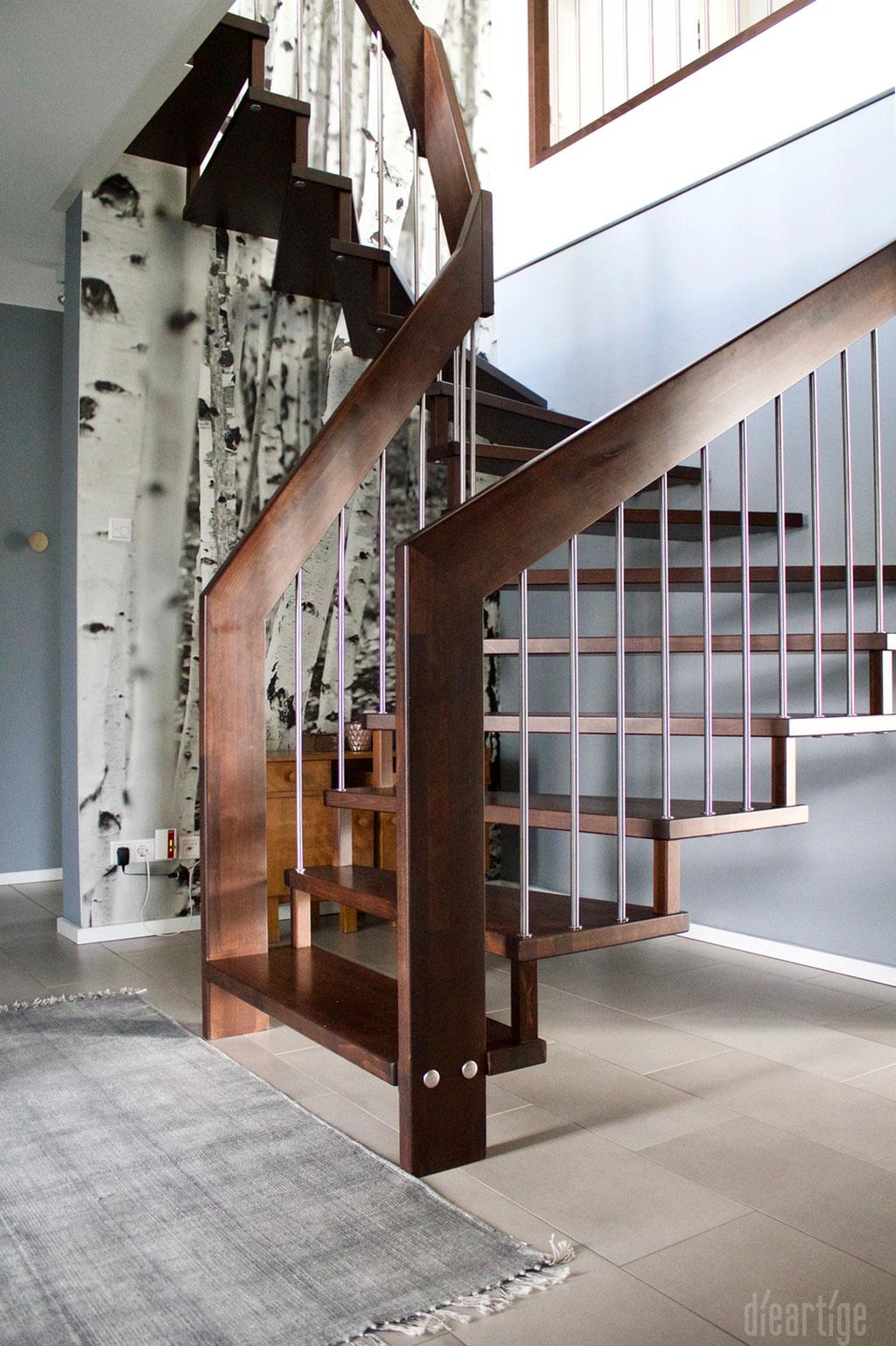 Fam. Z. | Treppe | Fototapete Birkenmotiv | Grauer Teppich | Graue Wand