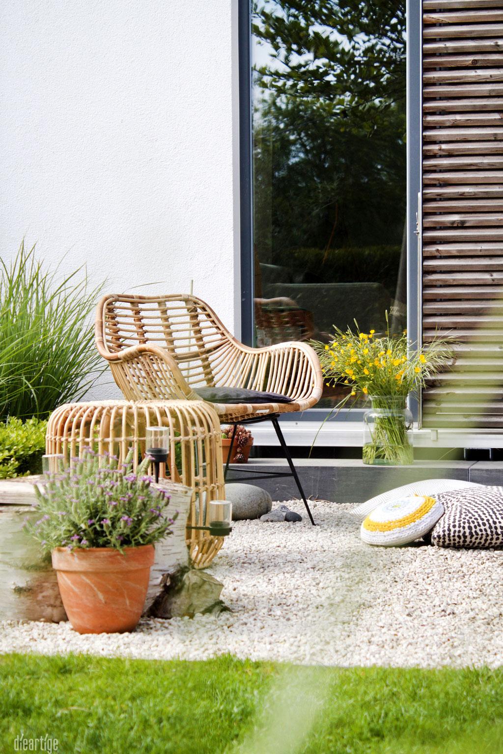 dieartigeBLOG - Rattan-Stuhl, Rattan-Hocker Kies-Terrasse, Schiebeladen, Wiesenblumen, gelb, Lumikello