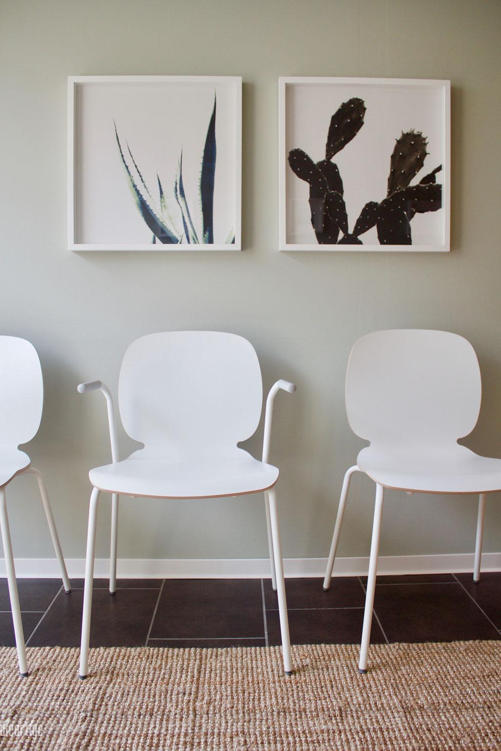 dieartige - Praxisgestaltung, Physiotherapie | Wartebereich, weiße Stühle + blassgrüne Wand + Dekoration