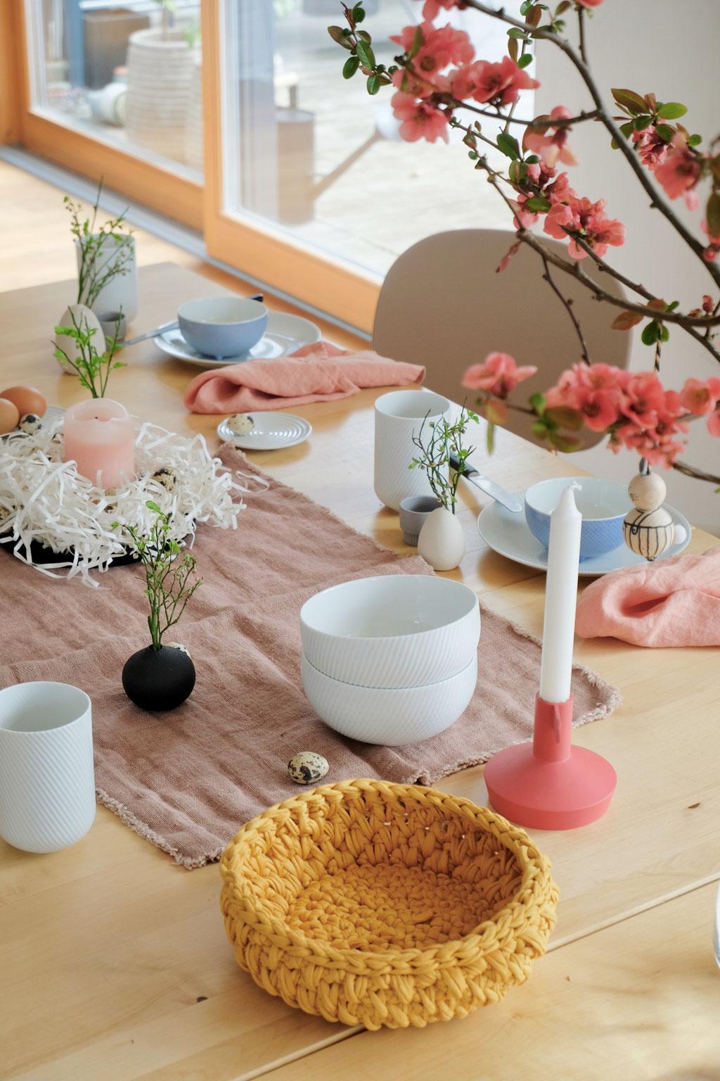 dieartigeBLOG - Ostern -Tischdekoration; Koralle + Senfgelb, als bunte Farbkleckse - von Normann Copenhagen + Lumikello