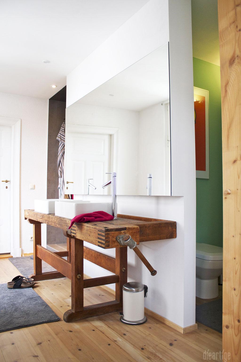 dieartigeUMBAU - Familie F. // Badezimmer // alte Werkbank als Waschtisch, Aufsatzwaschtische, Holzboden, WC-Nische