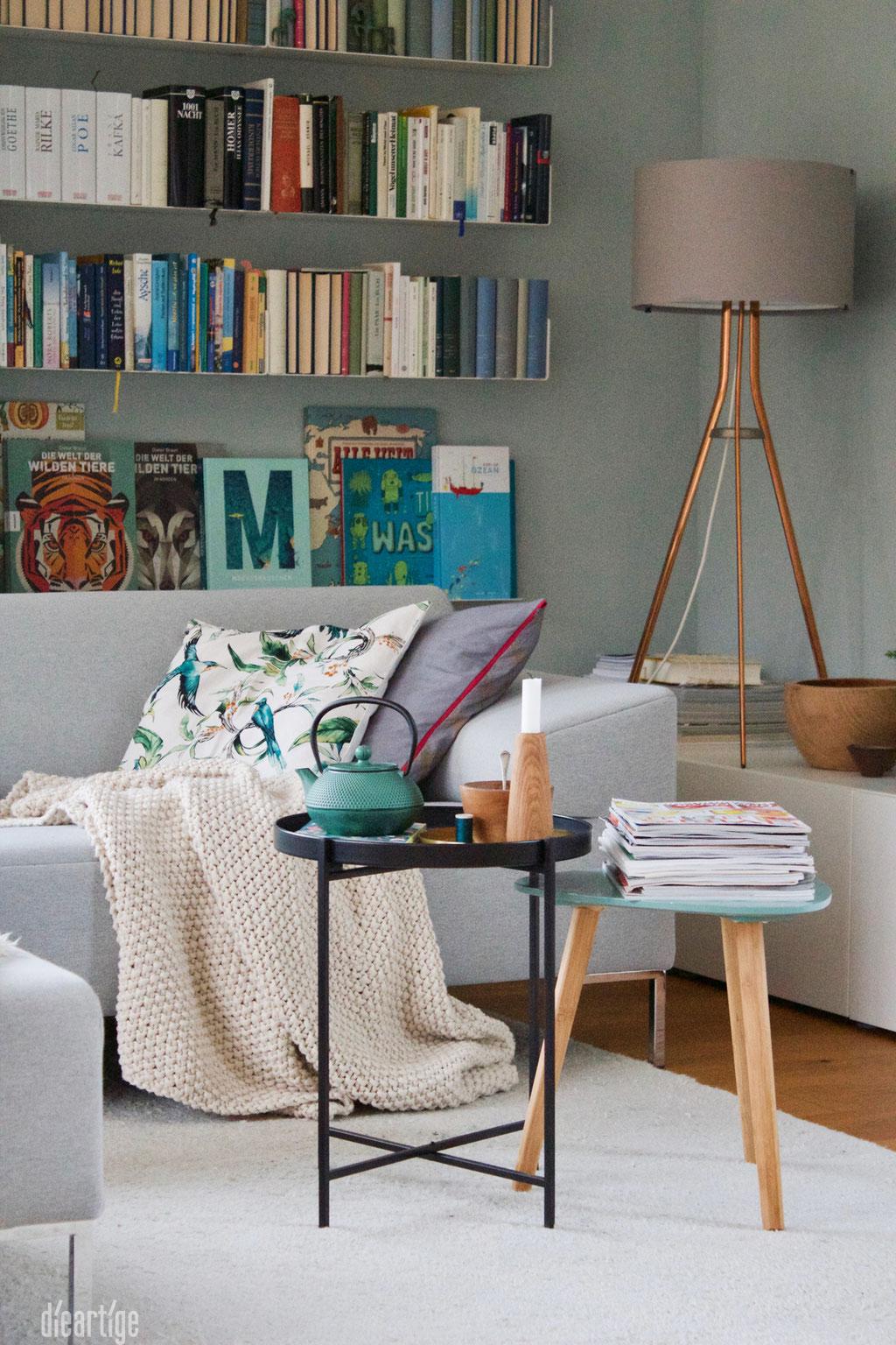 dieartigeBLOG - Wandfarbe Salbei im Wohnzimmer, passend zum Bücherregal, Beistelltisch + Teekanne ;)