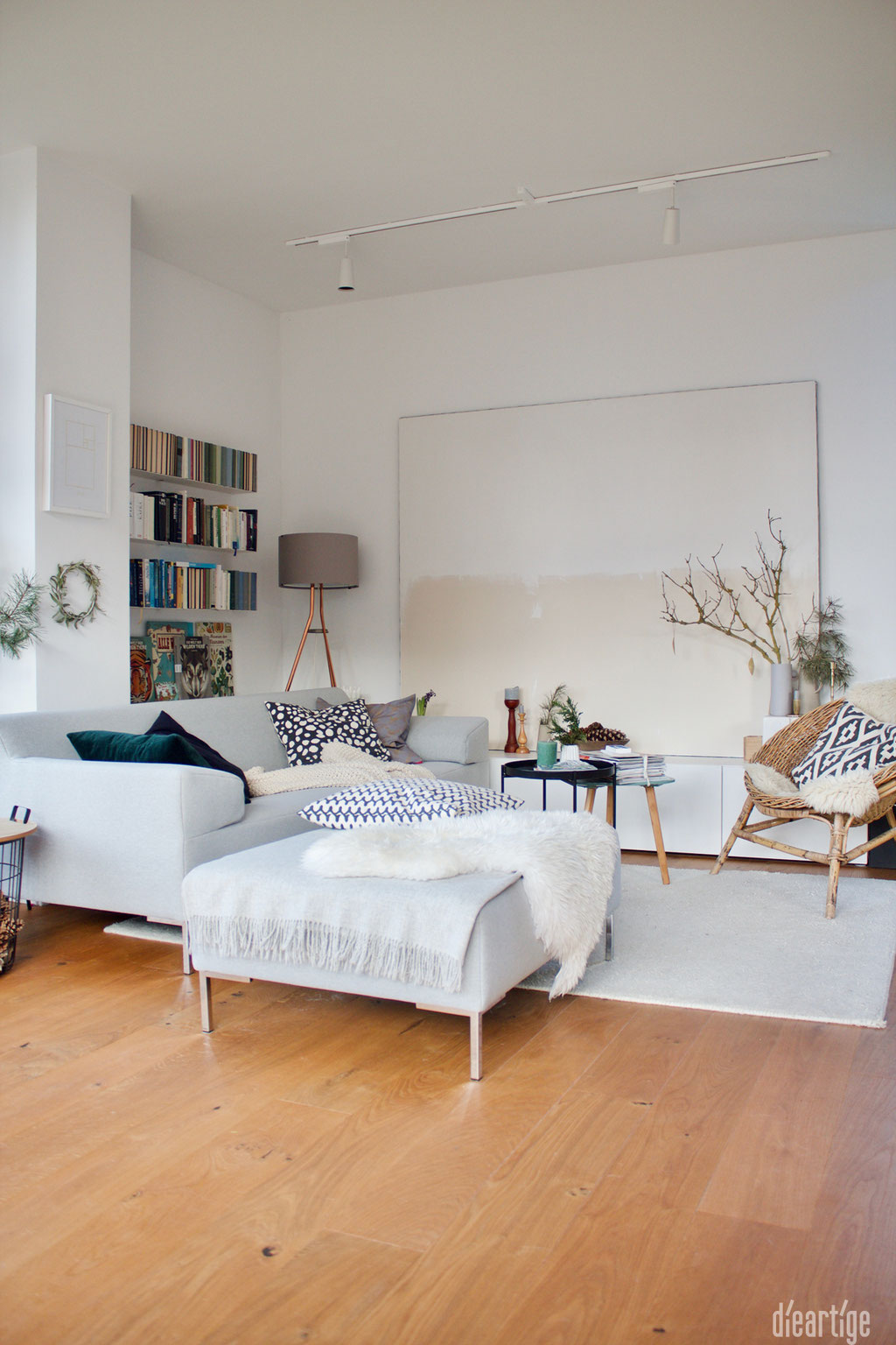 dieartige - Wohnzimmer in Weiß und Naturtönen