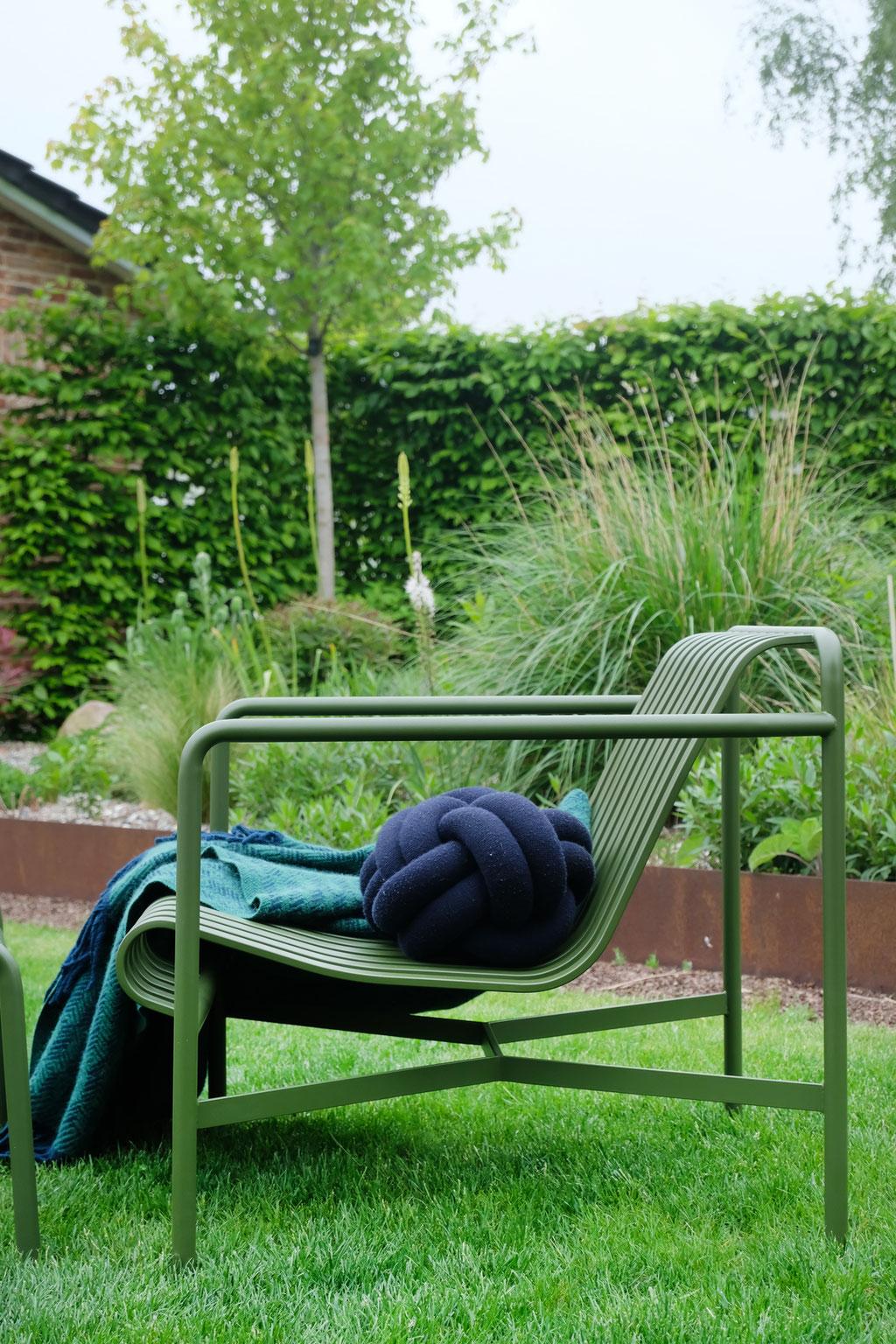 dieartigeGARTEN - Garten-Lounge-Sessel Palissade in Olive von Hay + Knot-Kissen + Klippan-Wolldecke