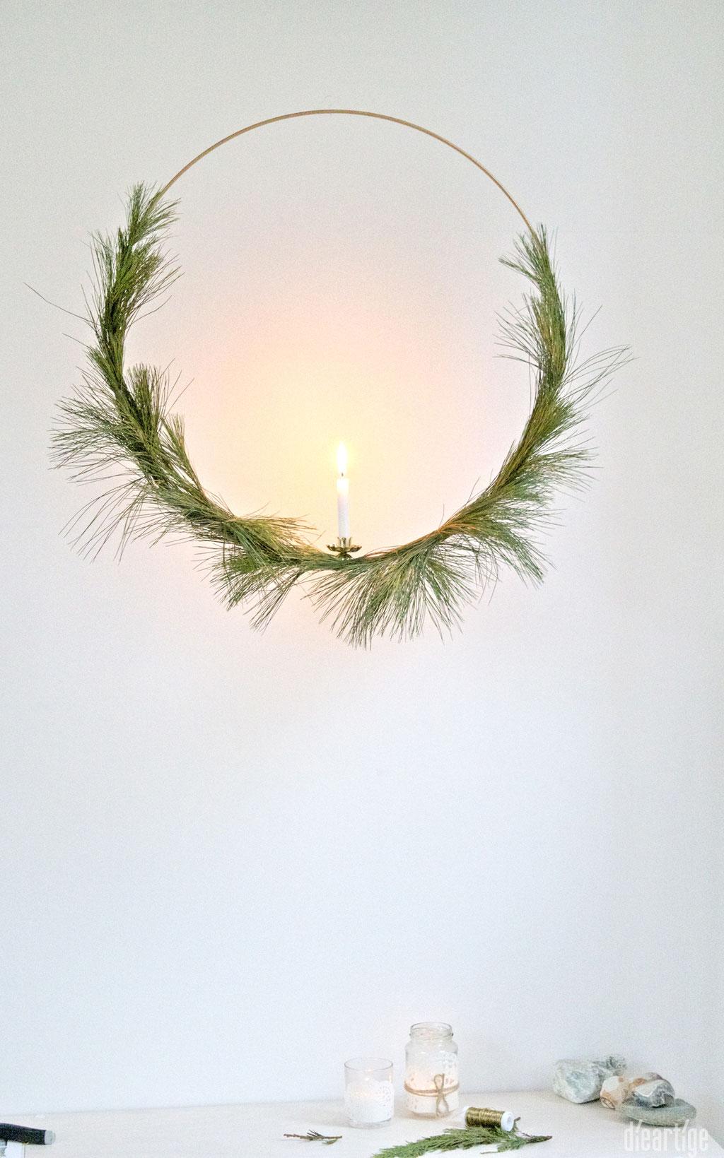 dieartigeBLOG - Ring in Gold mit Seidenkiefer + Kerzenhalter bestücken; Dekoidee, Weihnachten, Advent, Winter