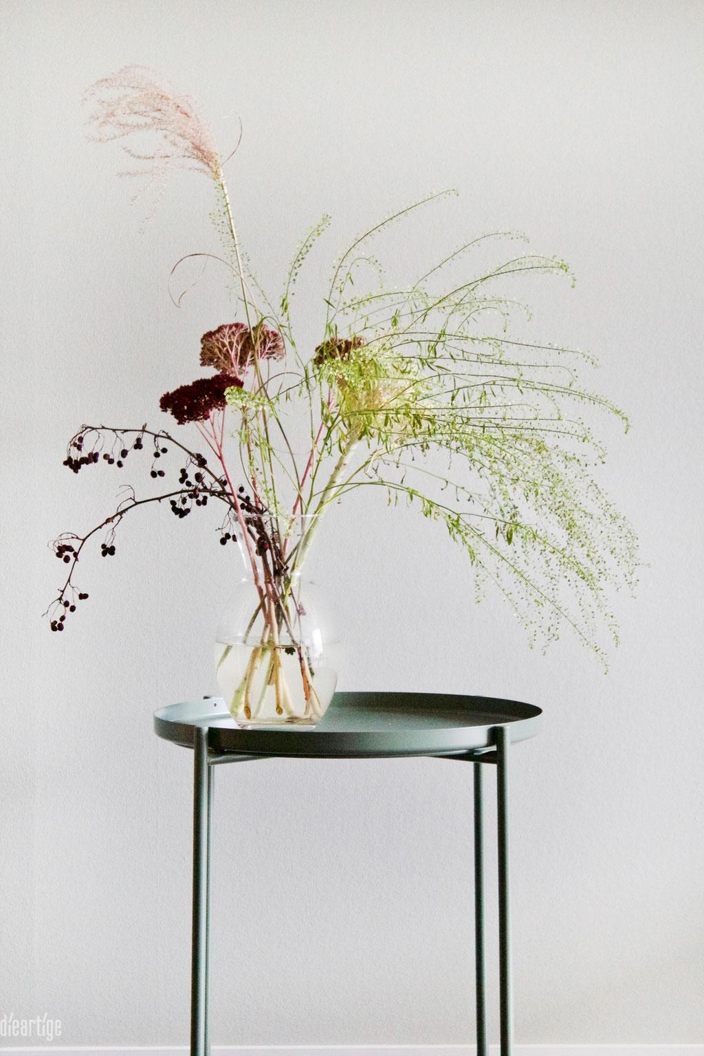 dieartige - Praxisgestaltung, Physiotherapie | Wartebereich, Detail - Beistelltisch mit Blumen