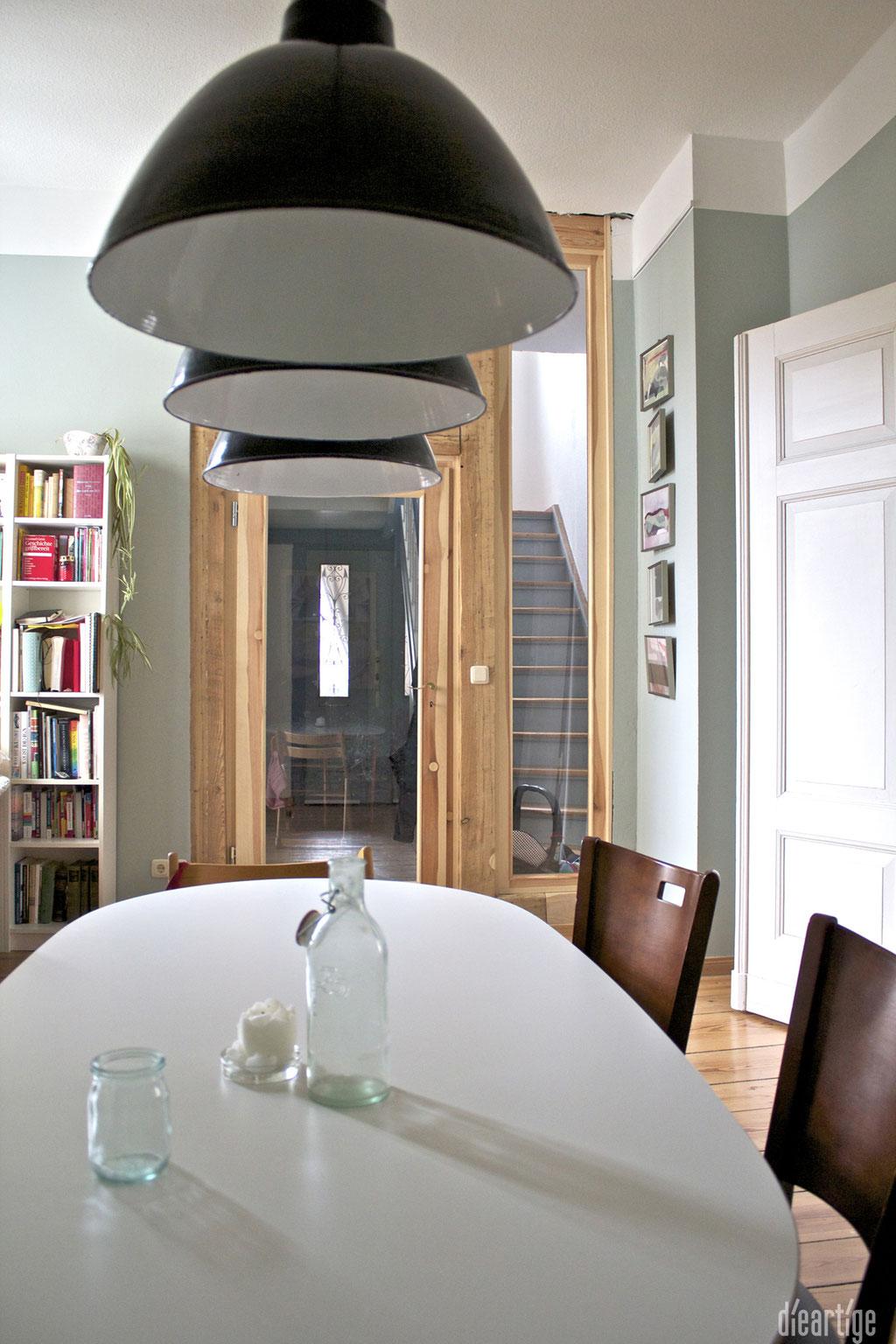 dieartige -Gestaltung | EssZi // Fam. F. | Esstisch mit Durchblick, Holzrahmentür mit integriertem alten Balken, schwarze Industrieleuchten