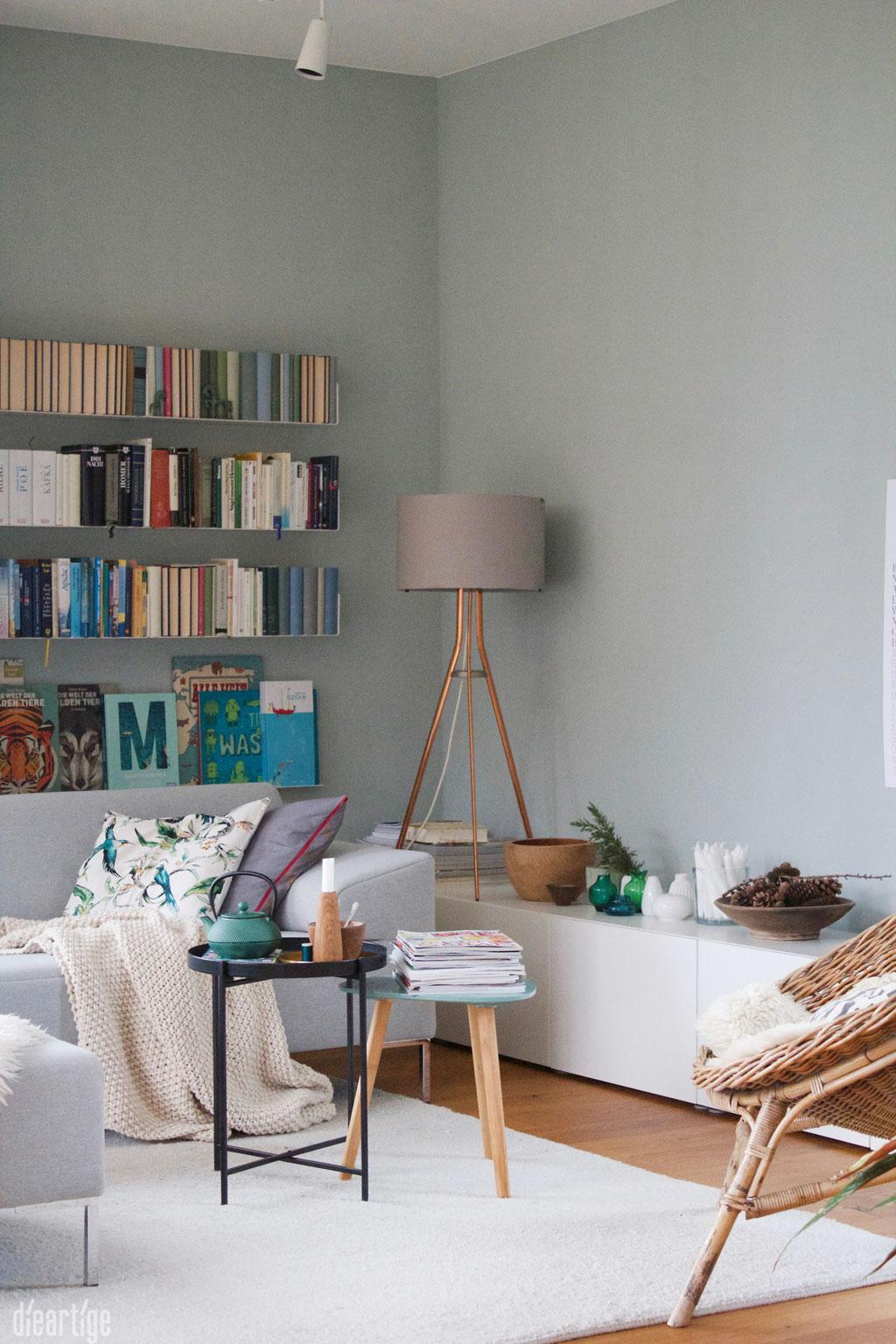 dieartigeBLOG - Wandfarbe Salbei im Wohnzimmer, perfekt zum unsichtbaren Bücherregal + den Holzdetails