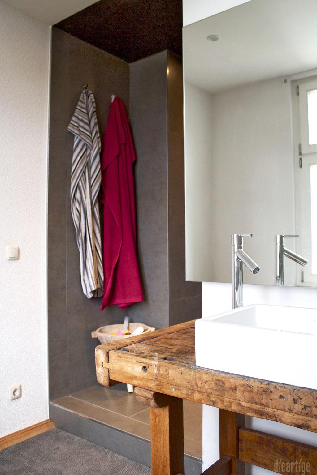 dieartigeUMBAU - Familie F. // Badezimmer // alte Werkbank als Waschtisch, Aufsatzwaschtische, Axor
