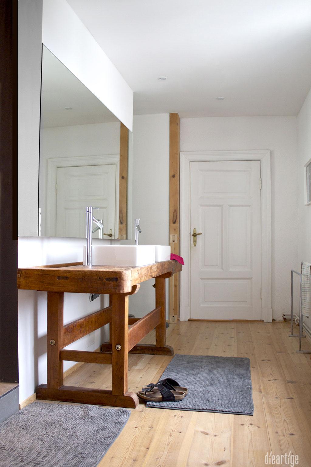 dieartigeUMBAU - Familie F. // Badezimmer // alte Werkbank als Waschtisch, Aufsatzwaschtische, Holzboden