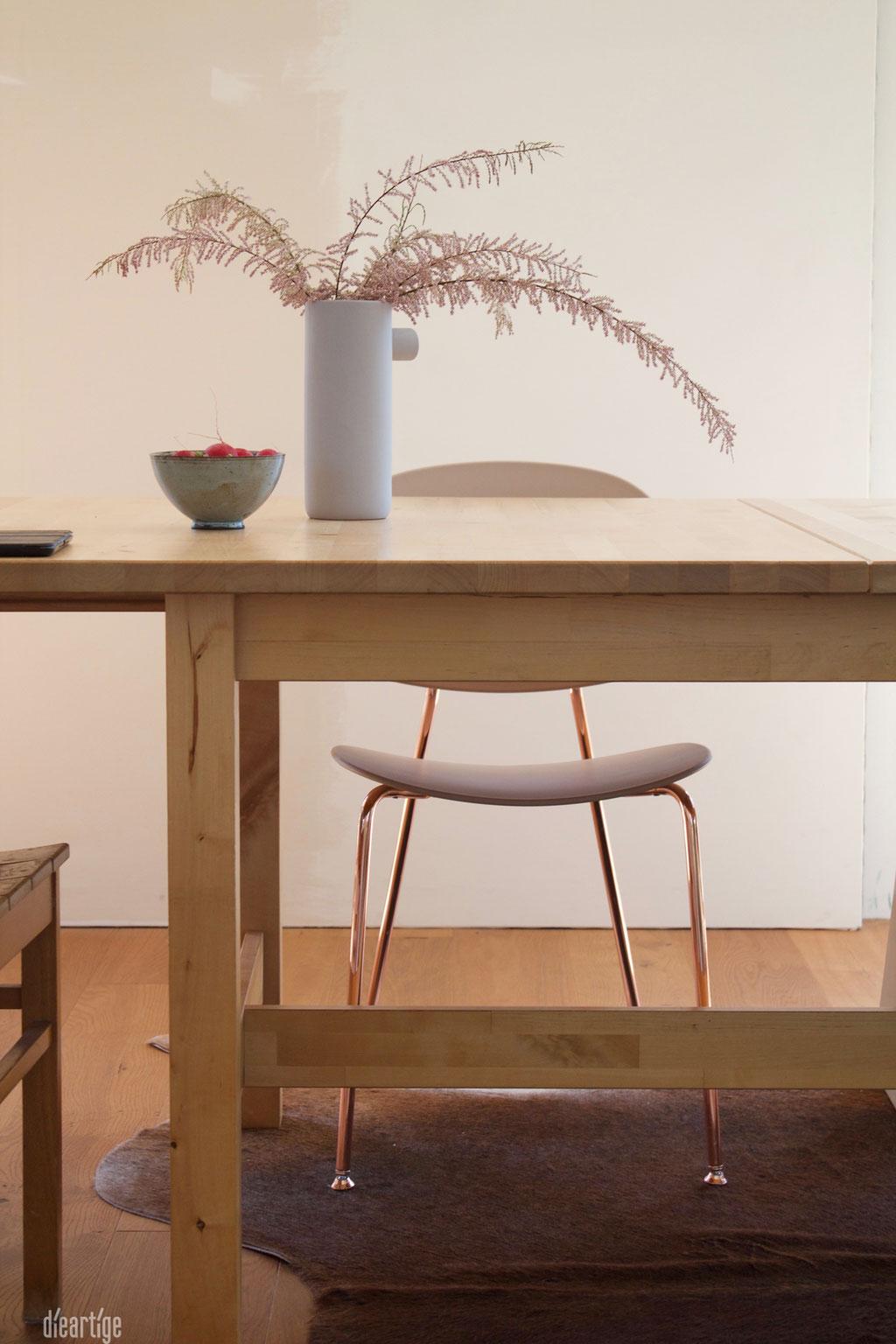 dieartigeBLOG - Tamariske im Keramikkrug, Esstisch, Tolinda-Stuhl + Radieschen