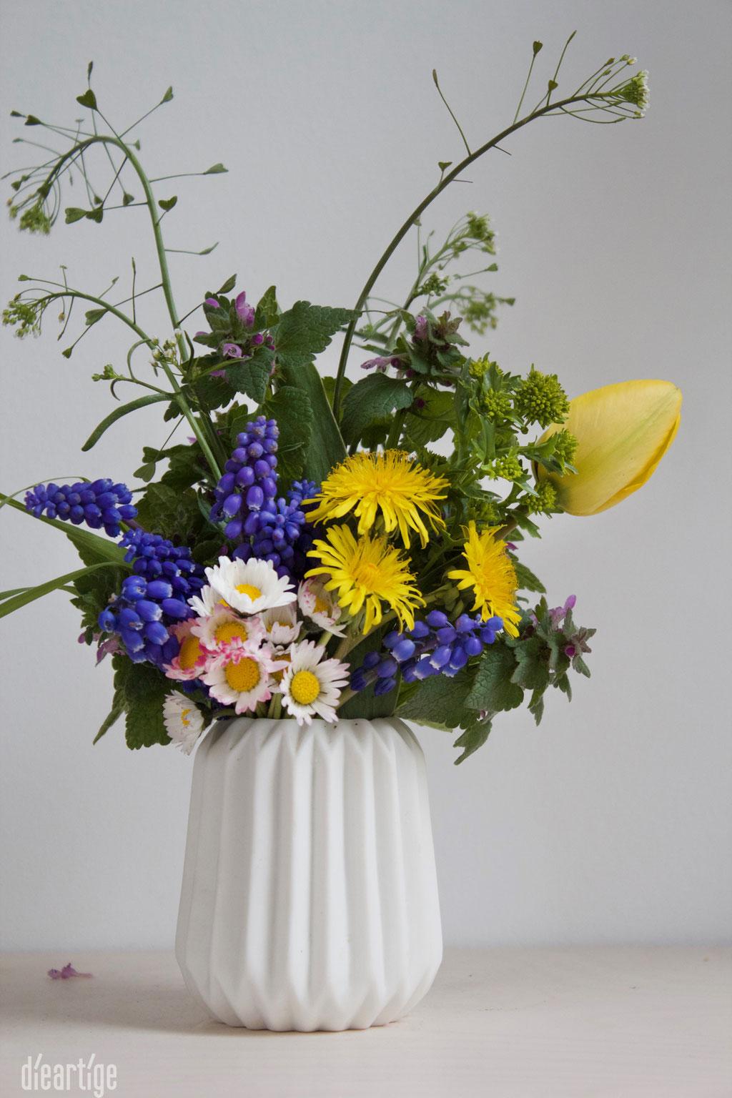 dieartigeBLOG - Wiesenblumen, Frühlingsblumen in weißer Keramikvase, Blumen vom Wegesrand