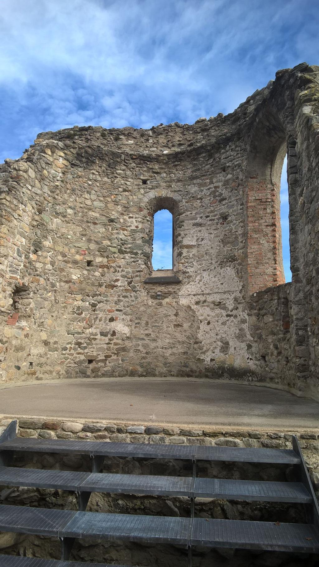 Apsis der dreischiffigen romanischen Klosterkirche © kulturverein bruneck