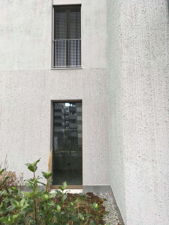 Vice versa am Nebengebäude lässt die Gebäudehülle pudriger und wärmer erscheinen