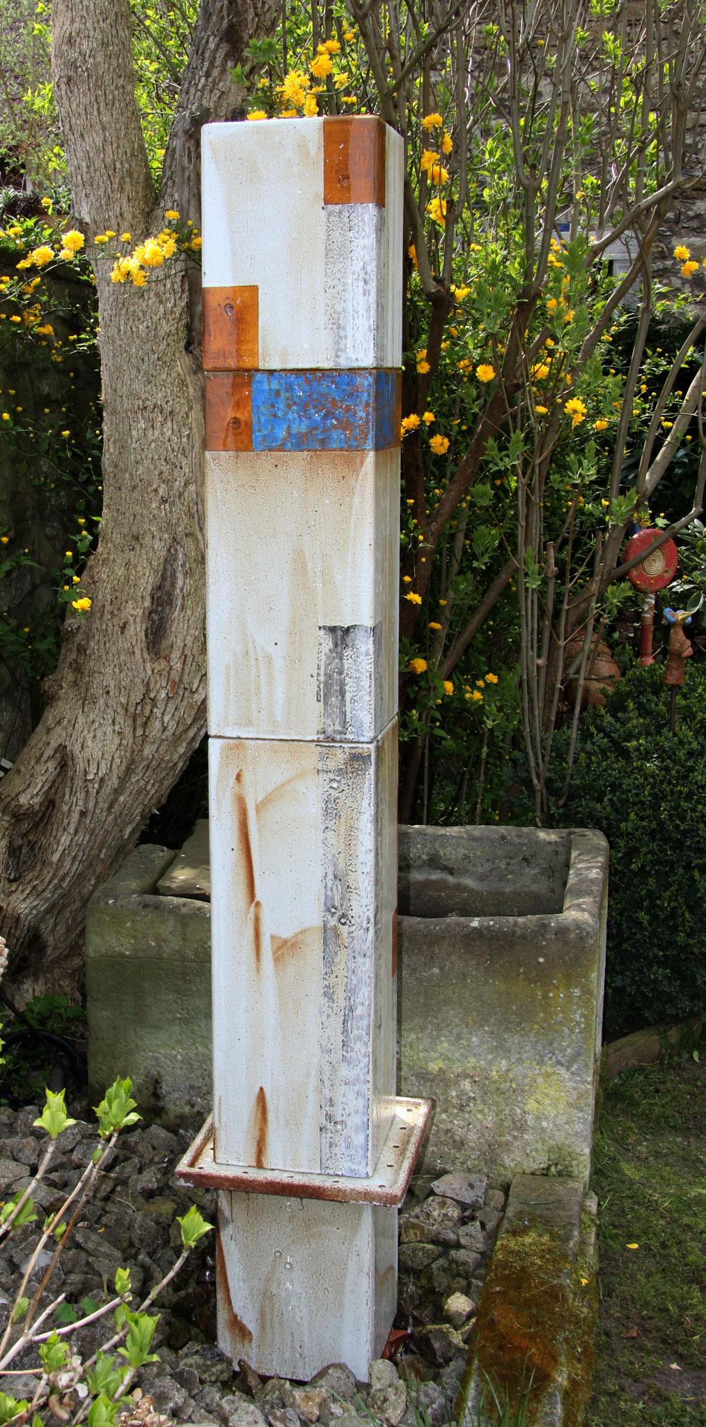 Keramik Brunnen, Wassersäule Quader ca. 170 cm hoch weiß natur glasiert und blau bemalt mit Abtropfplatte