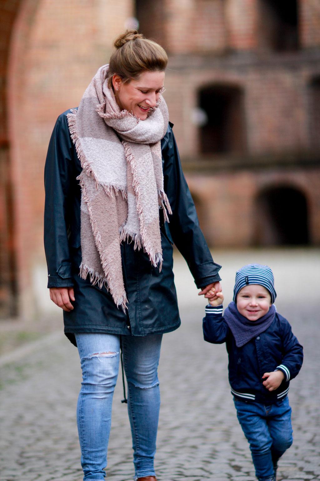 Familien| Hendrikje Richert Fotografie| Sohn, Kind, outdoor, Stadtmauer Neubrandenburg