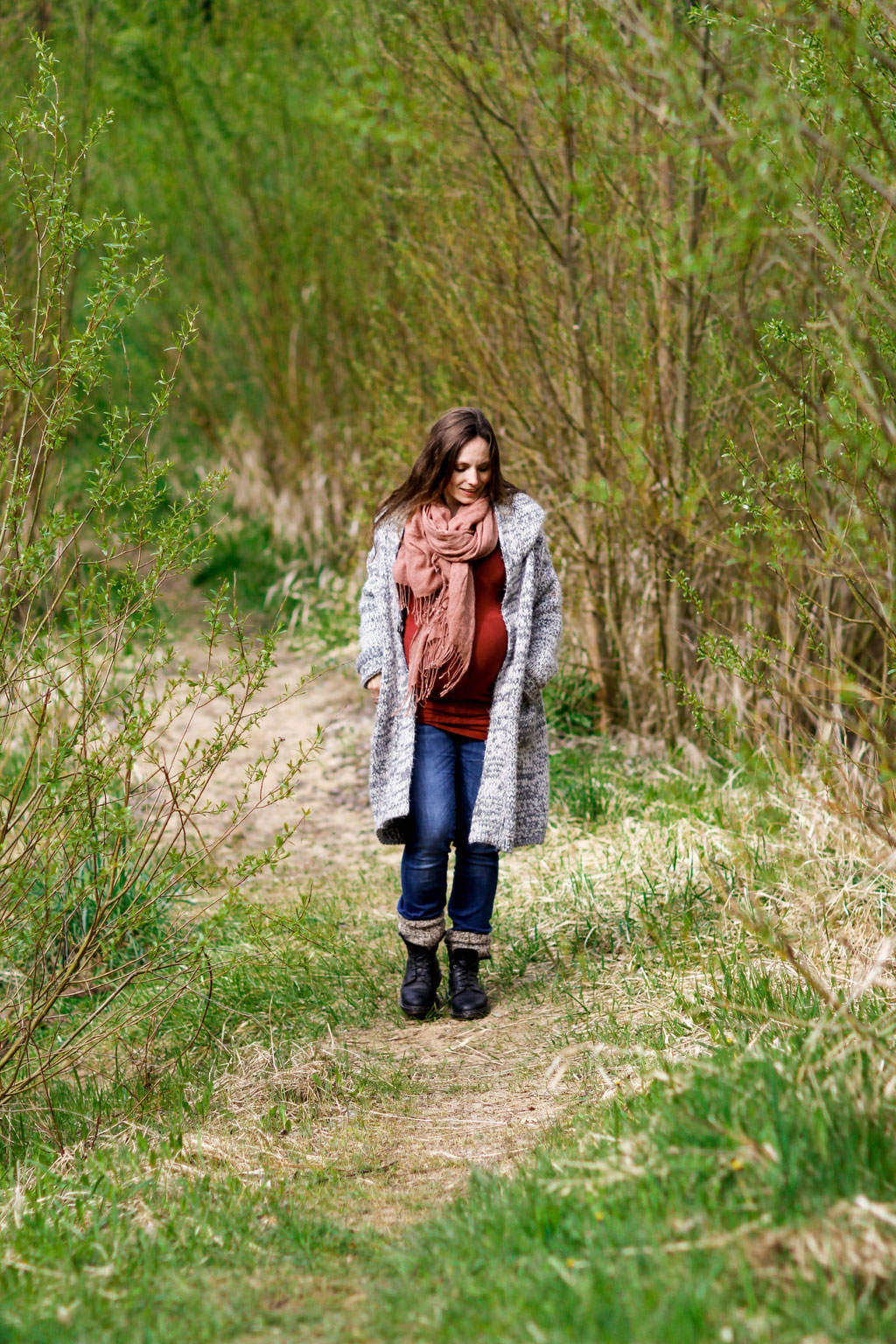 Schwangerschaftsshooting in Neubrandenburg mit Jenny, Christopher & Carl| Wald| Baum| Natur| Weg| Blumen| rot| schwanger| Familie| Greifswald| Hendrikje Richert Fotografie