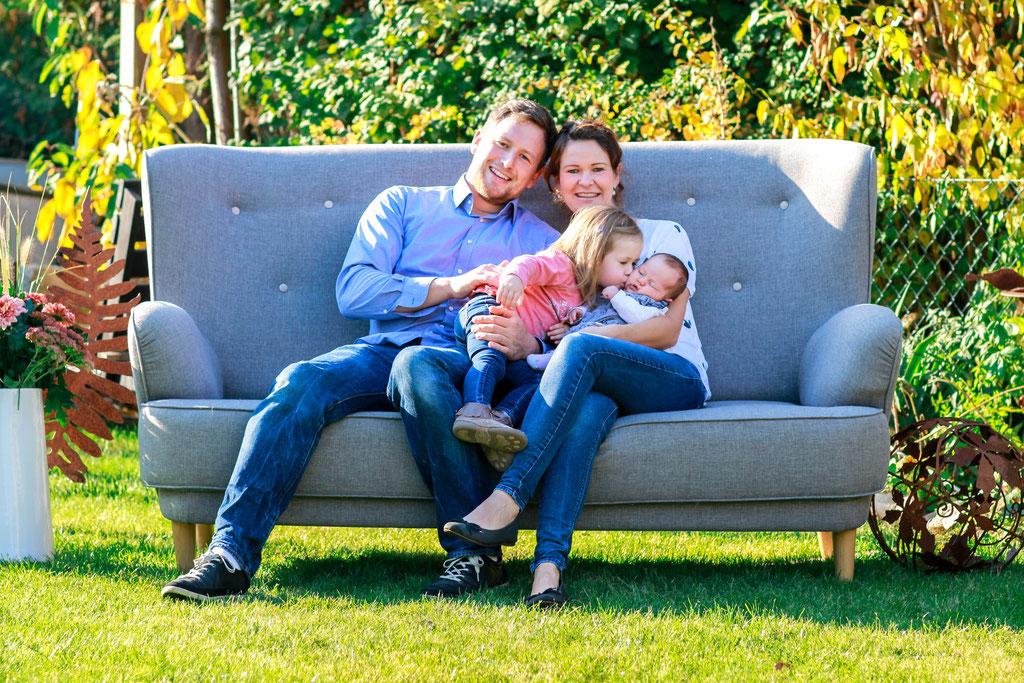 Familien| Hendrikje Richert Fotografie| Home Shooting outdoor, Garten, Baby, Geschwister, Couch