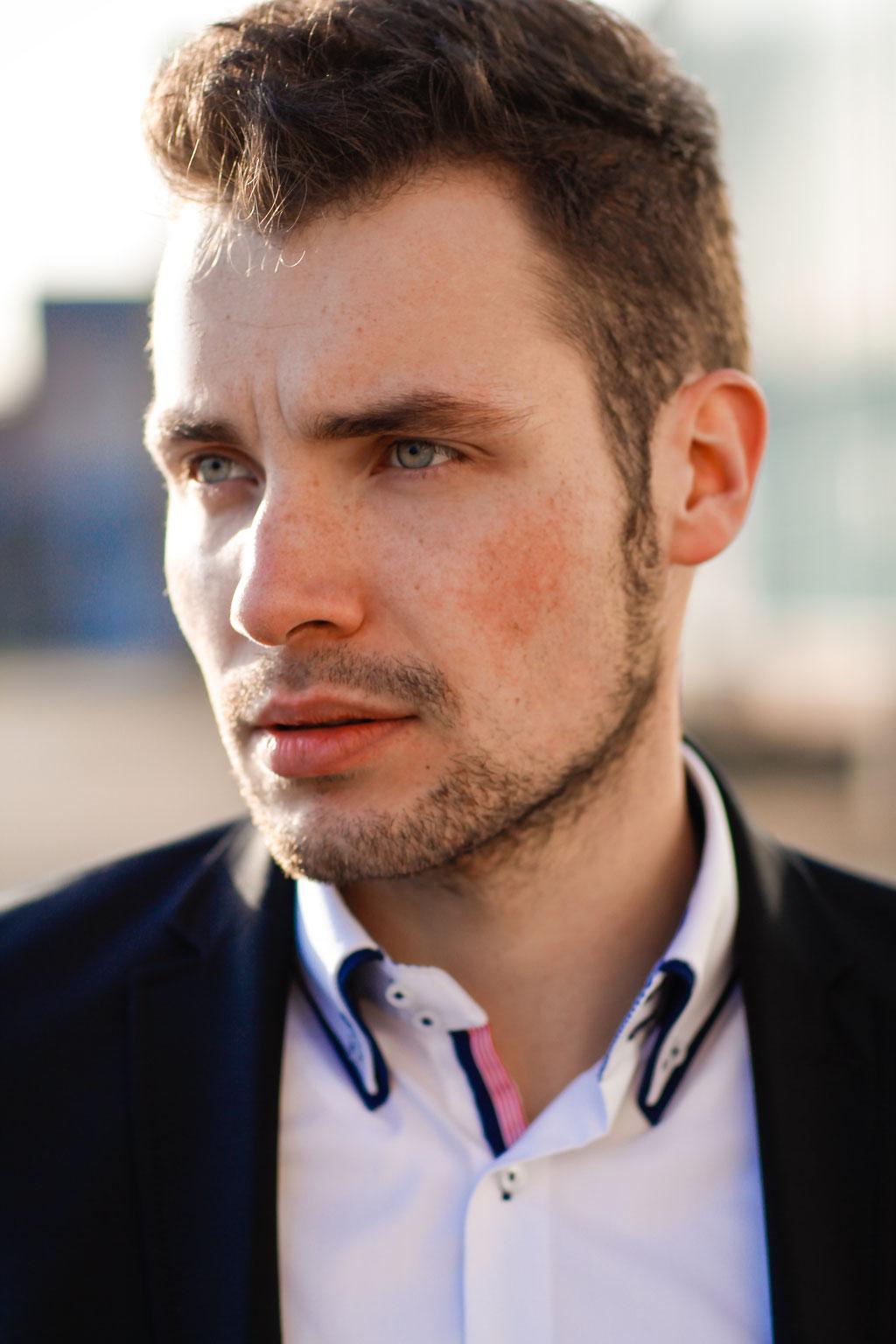 Männerportrait outdoor | Hendrikje Richert Fotografie| Neubrandenburg| Greifswald| Mecklenburg- Vorpommern| Anzug| Business| Industriegebiet| Mann| 85mm 1.2| Gegenlicht|