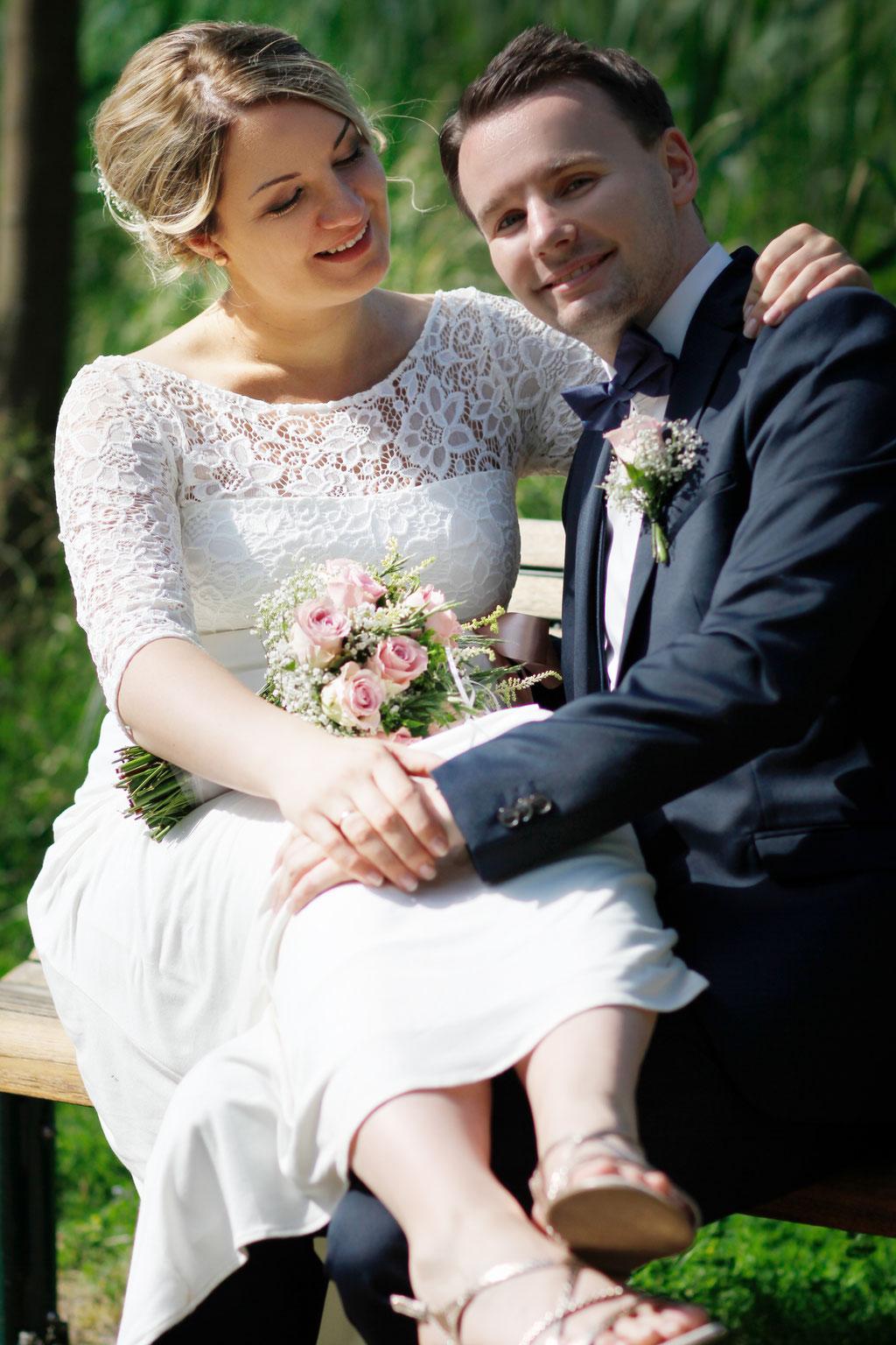 Die Hochzeit von Caro und Marcel auf dem Trausteg in Feldberg| Trauung| Wedding| Braut| Bräutigam| Ehe| Ehering| Fliege| Blumen| Lächeln| Mecklenburg- Vorpommern| Neubrandenburg| Greifswald| Hendrikje Richert Fotografie
