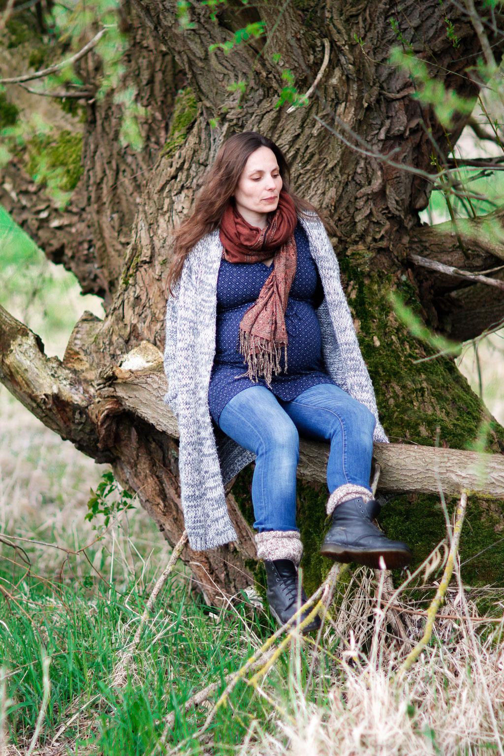 Schwangerschaftsshooting in Neubrandenburg mit Jenny, Christopher & Carl| Wald| Baum| Natur| sitzend| Lächeln| schwanger| Familie| Greifswald| Hendrikje Richert Fotografie