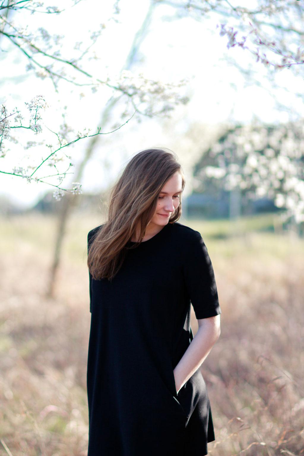 Portrait| Hendrikje Richert Fotografie| Gegenlicht| weiße Blüten| Freundinnenshooting