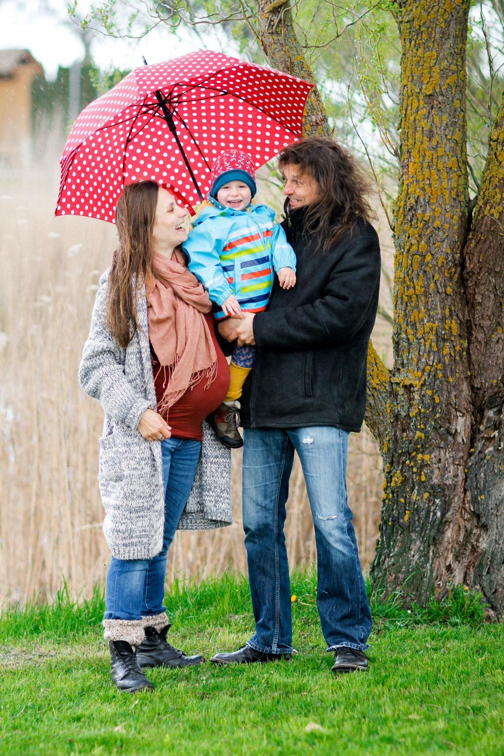 Schwangerschaftsshooting in Neubrandenburg mit Jenny, Christopher & Carl| Familie| Kind| Teich| Schilf| Freude| Regen| Regenschirm| Natur| Lächeln| schwanger| Familie| Greifswald| Hendrikje Richert Fotografie