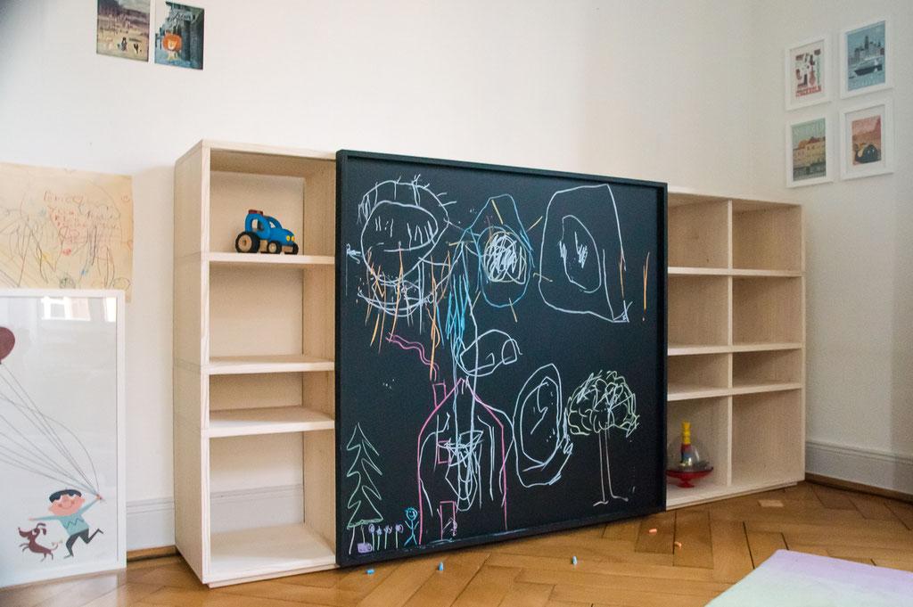 Kinderregal in Tanne mit verschiebbarer Tafel für privat