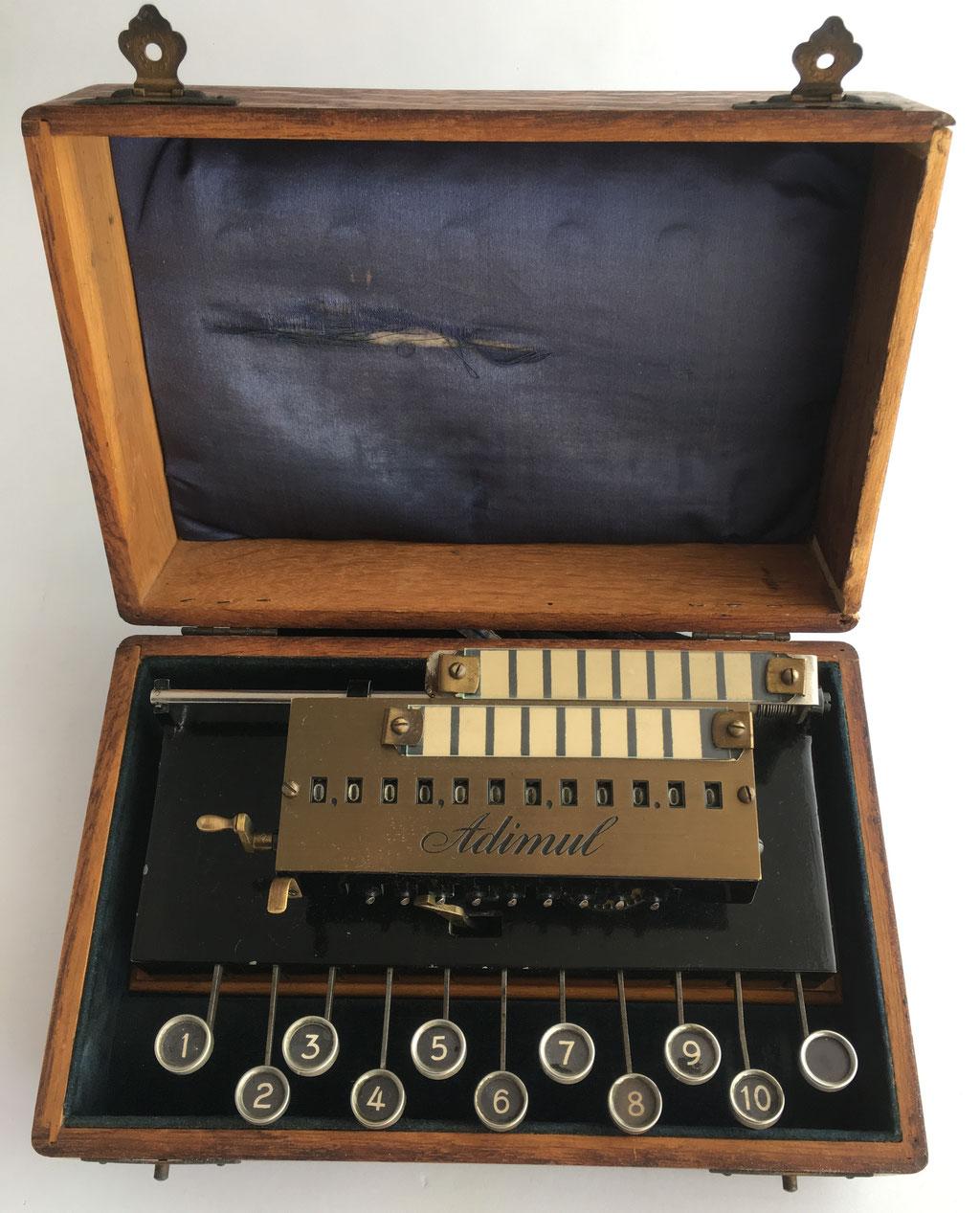 "Calculadora ADIMUL, hecha por Adix Company Pallweber & Bordt, Mannheim, nº serie 1012, año 1909. Es la ""KULI"" comercializada en Francia con el nombre ADIMUL"