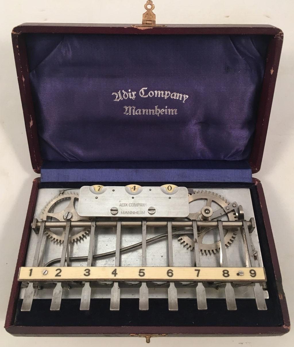 Sumadora ADIX modelo 1 asimétrica (con placa base de completa y ruedas de aluminio de tamaño diferente), hecha por Palweber & Bordt (Mannhein), sin s/n, sin barra para decenas, año 1903,  16x10 cm