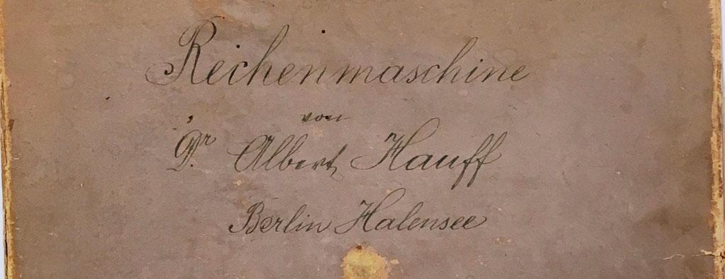 Texto escrito en el exterior de la tapa de la caja