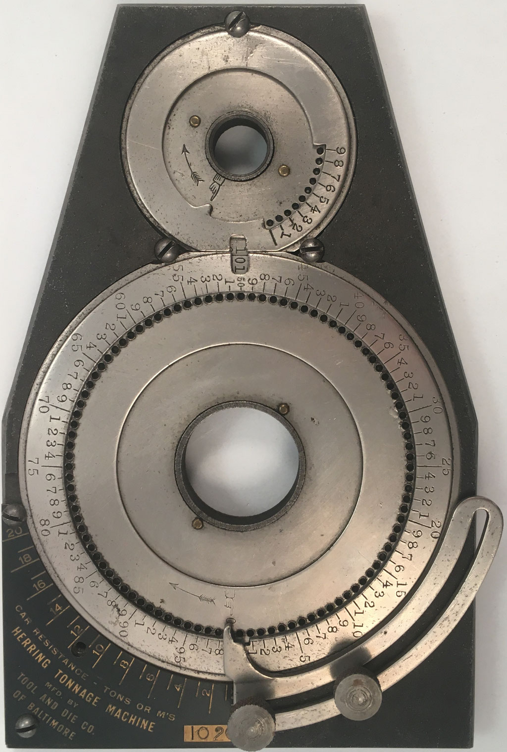 HERRING Tonnage Machine  (similar a HERRING Computing Machine y a WEBB Adder), diseñado por John L. Herring en Derry (USA), s/n 1026. Fue fabricado por TOOL & DIE Co. en Baltimore (USA), año 1916, 18.5x12 cm