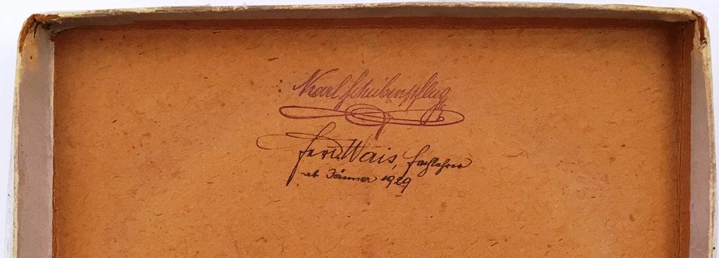 Texto en el interior de la tapa de la caja, escrito por uno de los anteriores propietarios de la sumadora