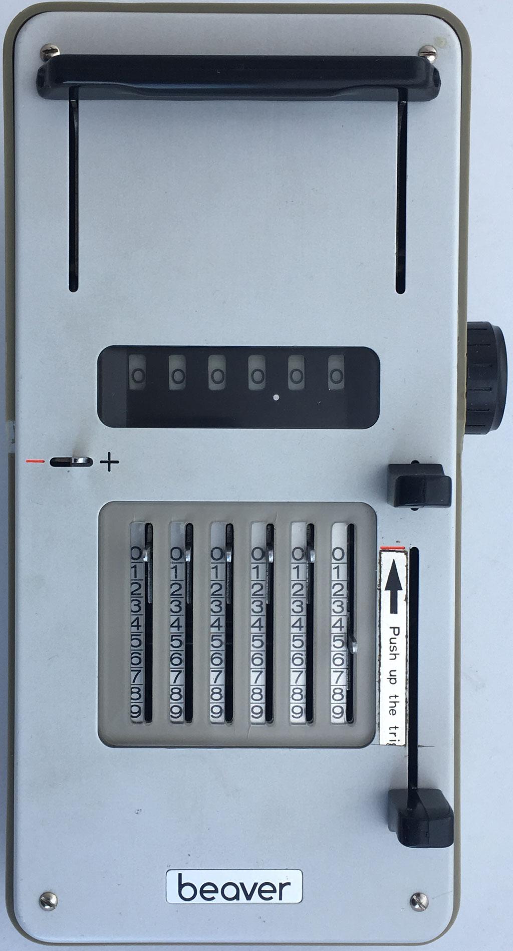 Sumadora BEAVER (segura, compacta, fácil de usar y económica), nº serie 440065, fabricada en Japón, año 1960, 21x10x5 cm
