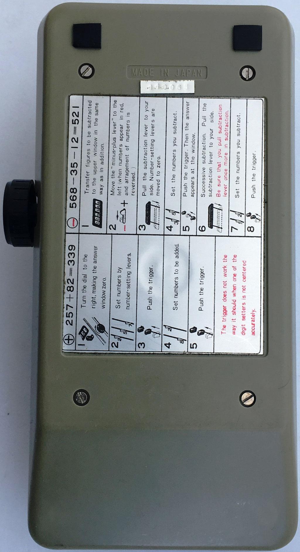 Reverso de la sumadora BEAVER con esquema de instrucciones de uso y número de serie