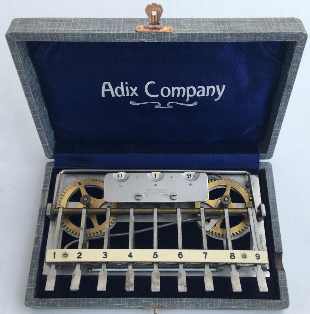 Sumadora ADIX modelo 3 (con placa base abierta y ruedas de latón), hecha por Palweber & Bordt (Mannhein), s/n 30643, con barra para decenas, puesta a cero sobre la rueda izquierda, año 1903,  16x10 cm