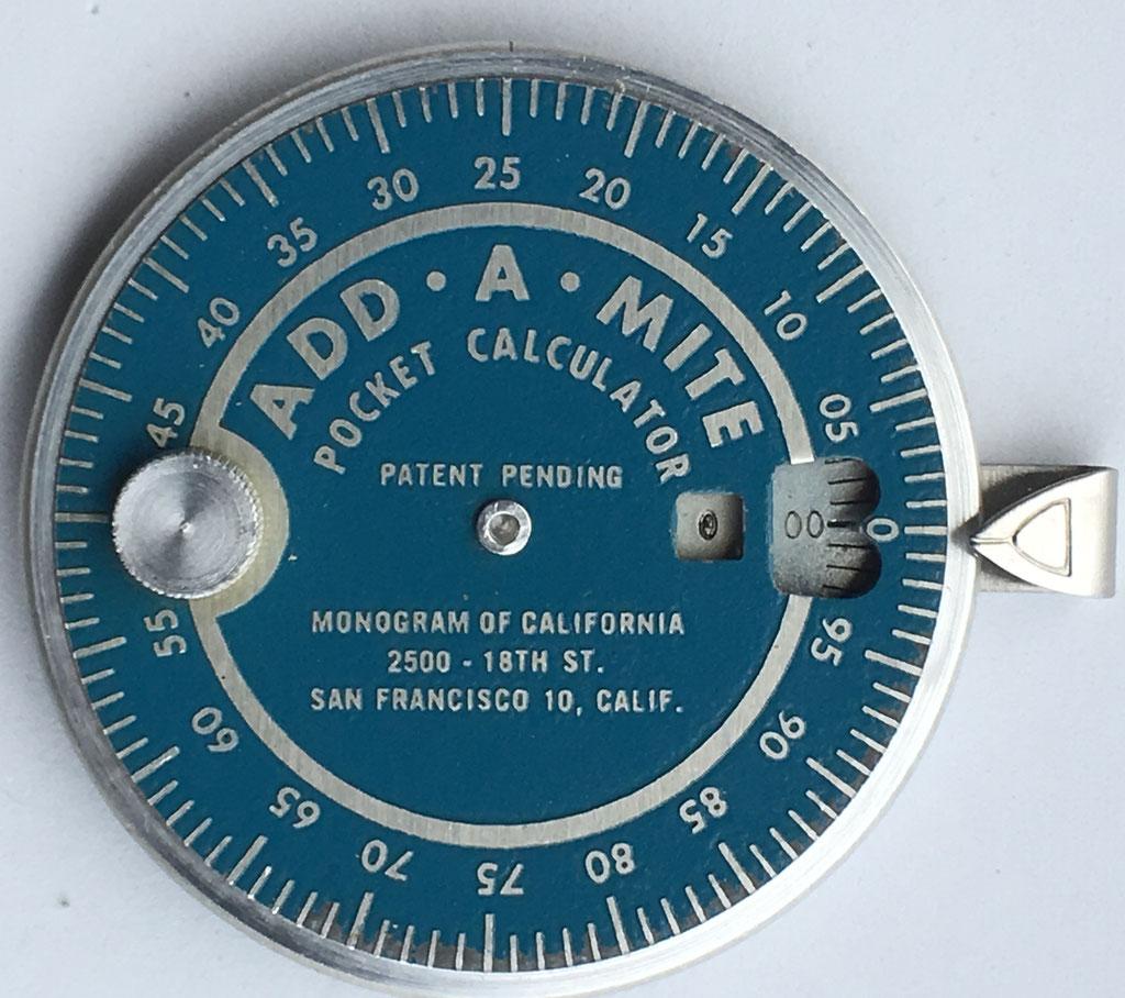 Sumadora ADD-A-MITE, pocket adder, año 1950, 7 cm diámetro
