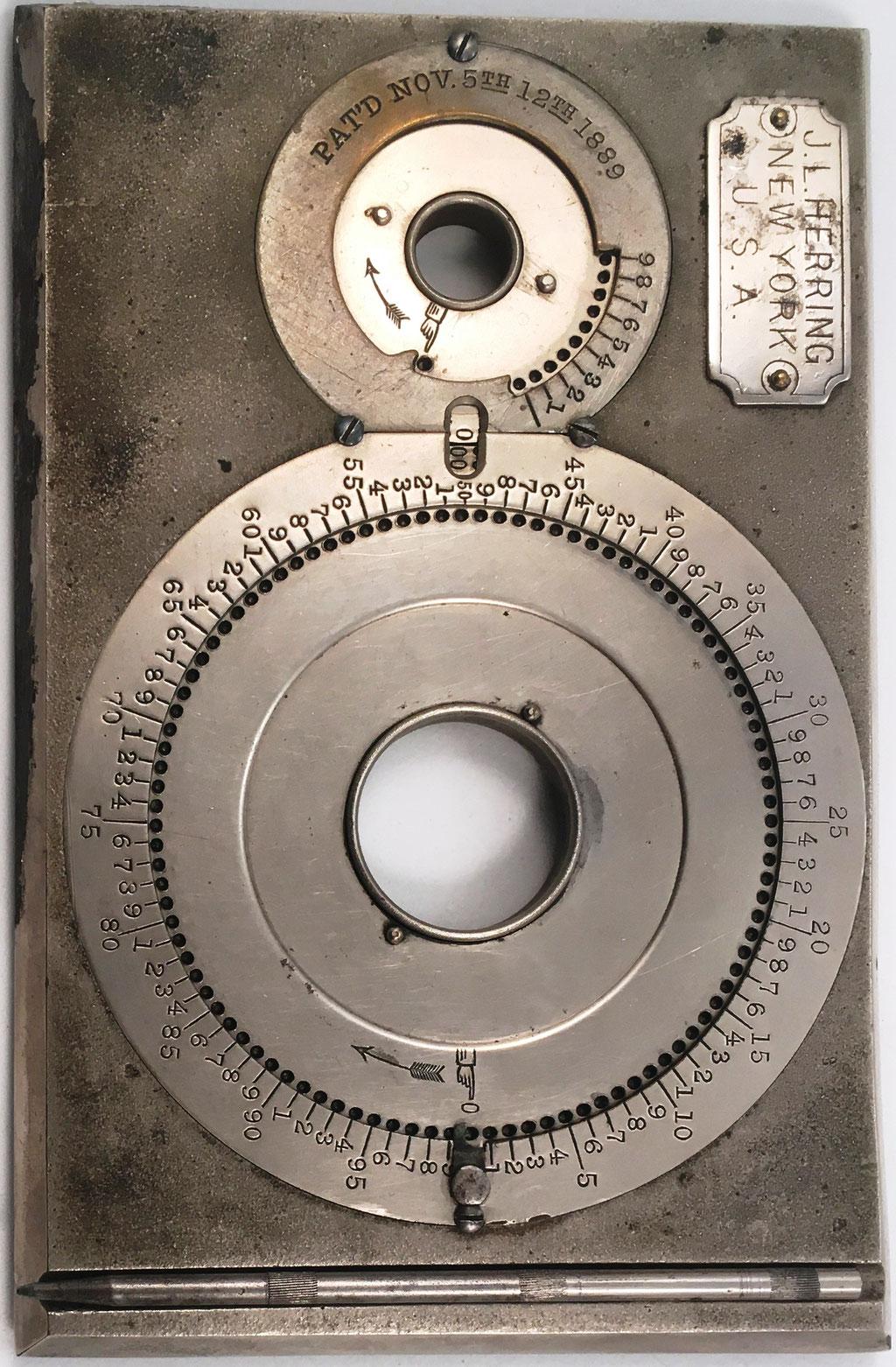Aparato HERRING Computing Machine (similar a WEBB Adder), diseñado por John L. Herring en Derry (Pensilvania, USA), patentado en 1889 (Pat'd Nov, 5th-12th 1889) y distribuido por Keuffel & Esser Co.  (New York), año 1889, 18.5x12 cm