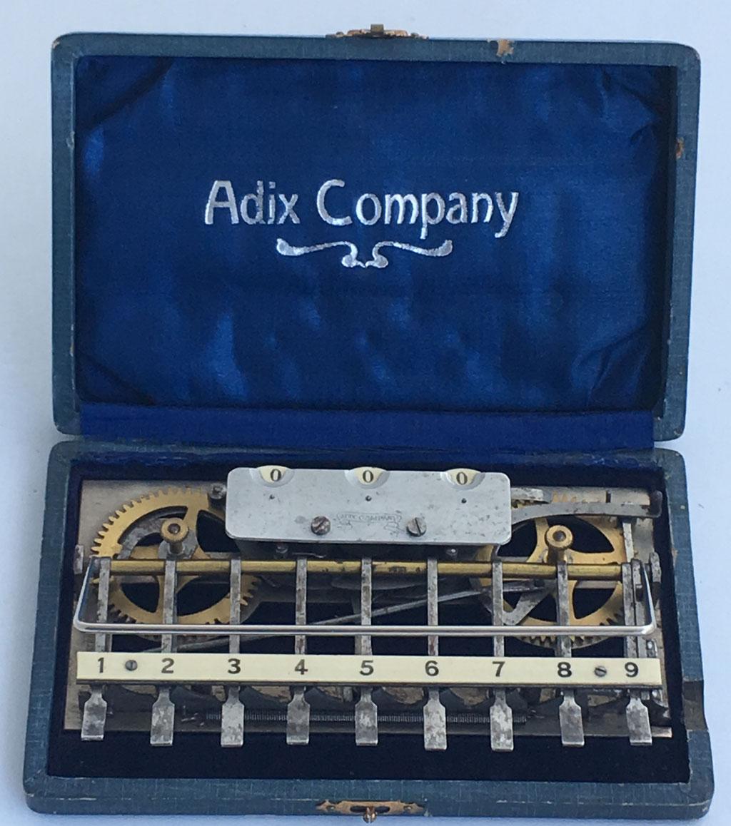 Sumadora ADIX modelo 4 (con placa base abierta y ruedas de latón), hecha por Palweber & Bordt (Mannhein), s/n 20052,  con barra para decenas y palanca de puesta a cero, año 1903,  16x10 cm