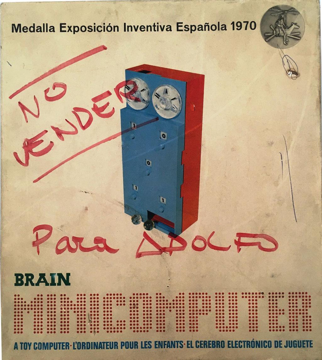 Tapa de la caja para guardar el BRAIN NIMICOMPUTER, 23x26 cm. Medalla en la Exposición Española de Inventiva, Madrid 1970. El folleto de instrucciones es de 1971