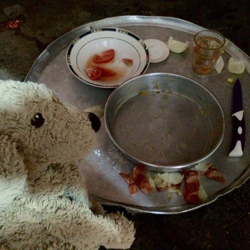 """Das ist der Esstisch. Gegessen wird in dem einzigen """"Raum"""". - That is the dinnertable."""