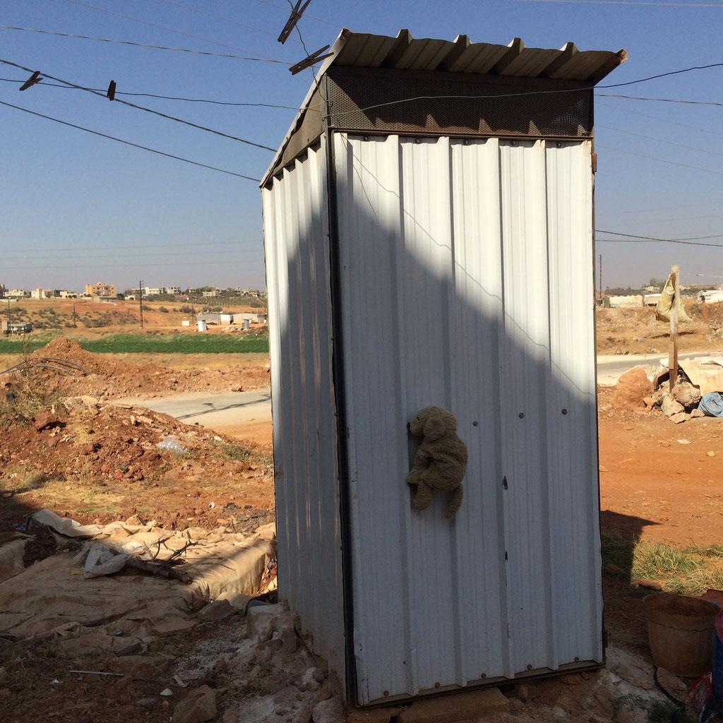Das hier ist eine luxuriöse Toilette mit richtigen Wänden. - That's a luxurious toilet.