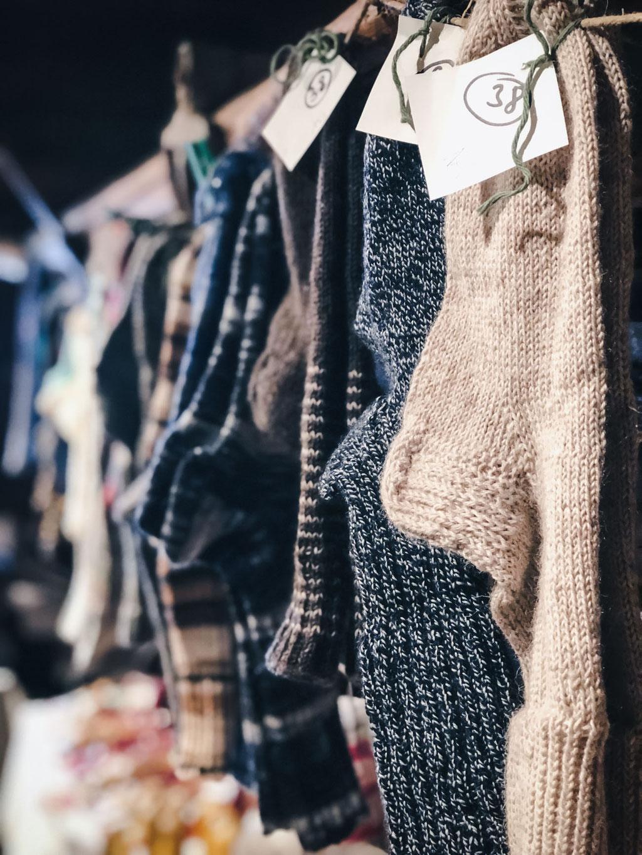 romantische Weihnachtsmärkte in den Bergen - Tirol,Südtirol, Bayern - handgestrickte Socken