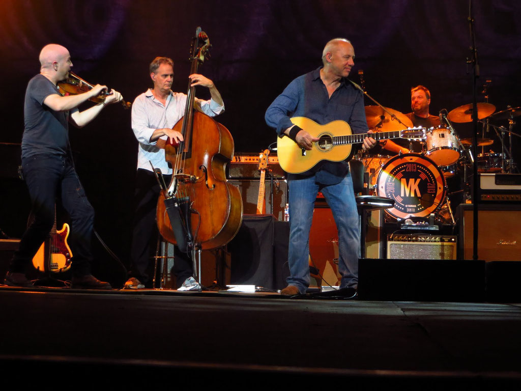 v.l.n.r.: John McCusker: Geige; Glenn Worf: Kontrabass; Mark Knopfler: Gesang und Gitarre; Ian Thomas: Schlagzeug
