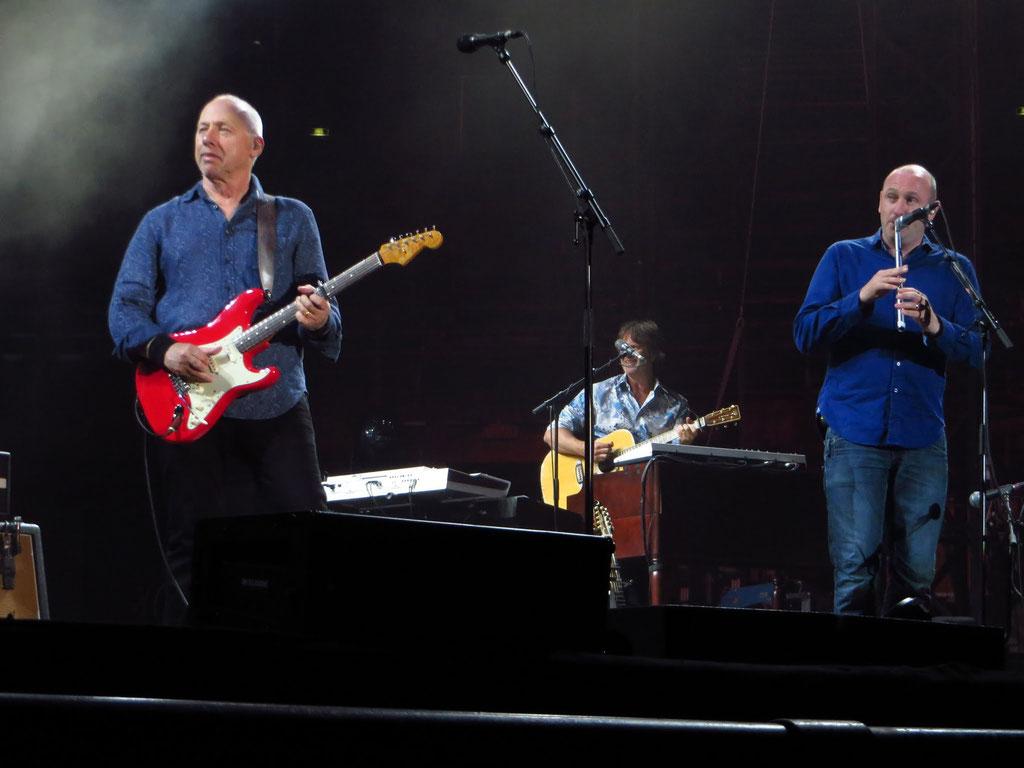 v.l.n.r.: Mark Knopfler: Gesang und Gitarre; Guy Fletcher: Gitarre; Mike McGoldrick: Flöte
