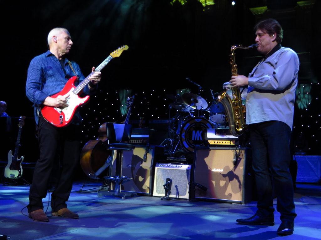 v.l.n.r.: Mark Knopfler: Gesang und Gitarre; Nigel Hitchcock: Saxophon (Gastmusiker)