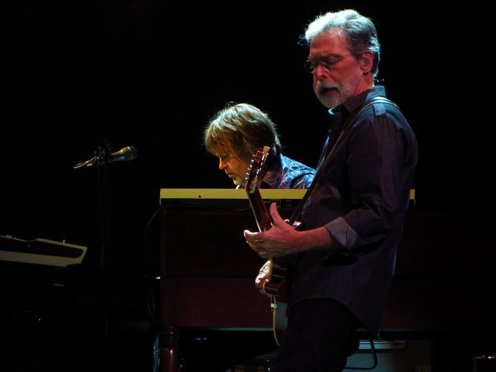 v.l.n.r.: Guy Fletcher: Keyboard; Richard Bennett: Gitarre (eine von vielen)