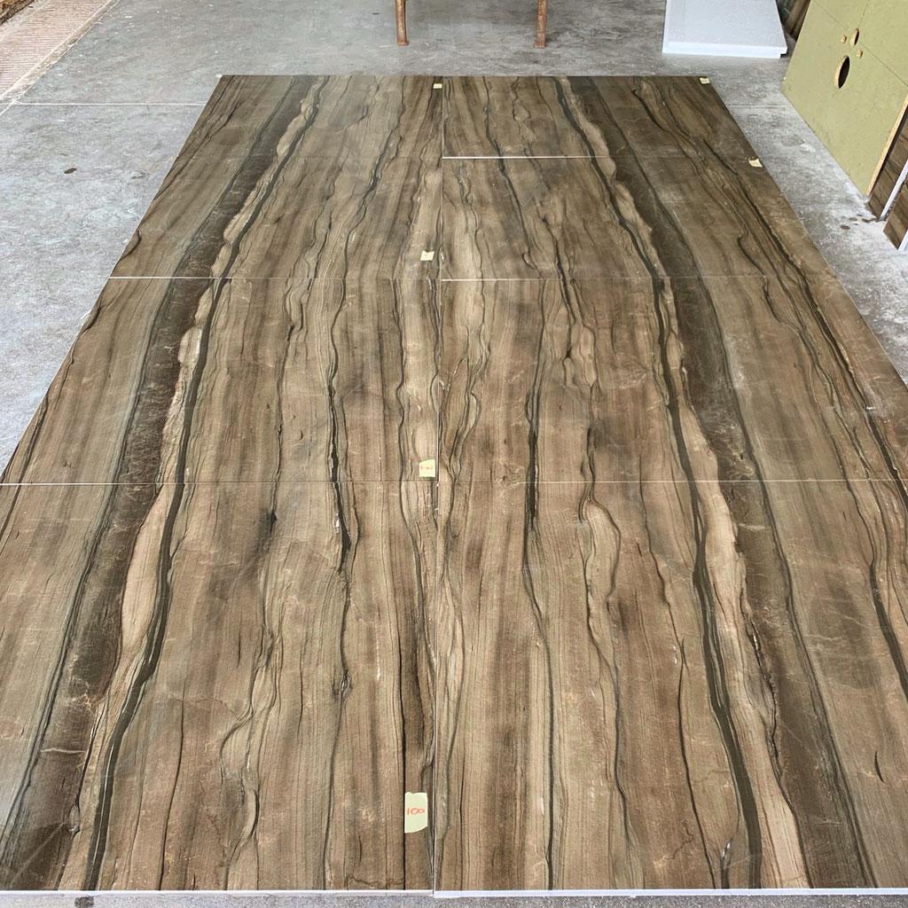 De gezaagde platen Sequoia Brown kwartsiet worden in open boek gezaagd