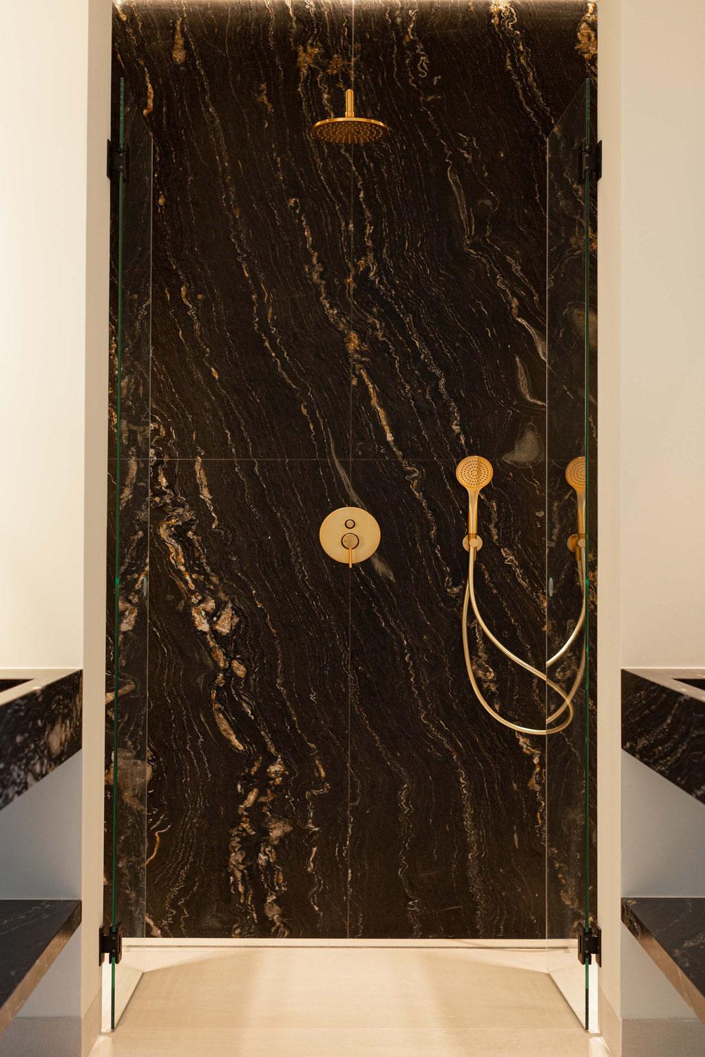 Zwart graniet met goud. De perfecte combinatie